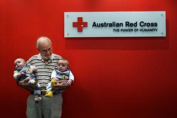 血液藏珍貴抗體 澳洲男子捐血60年救活200萬嬰兒。(取自twitter)