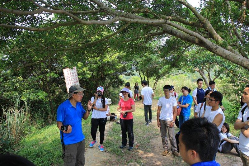 劉克襄老師為大家解說「青龍嶺、大棟山步道」特色。