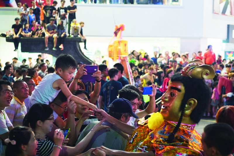 中元祭01_享譽國際的電音三太子,與大小朋友親切互動(林煜幃攝影)