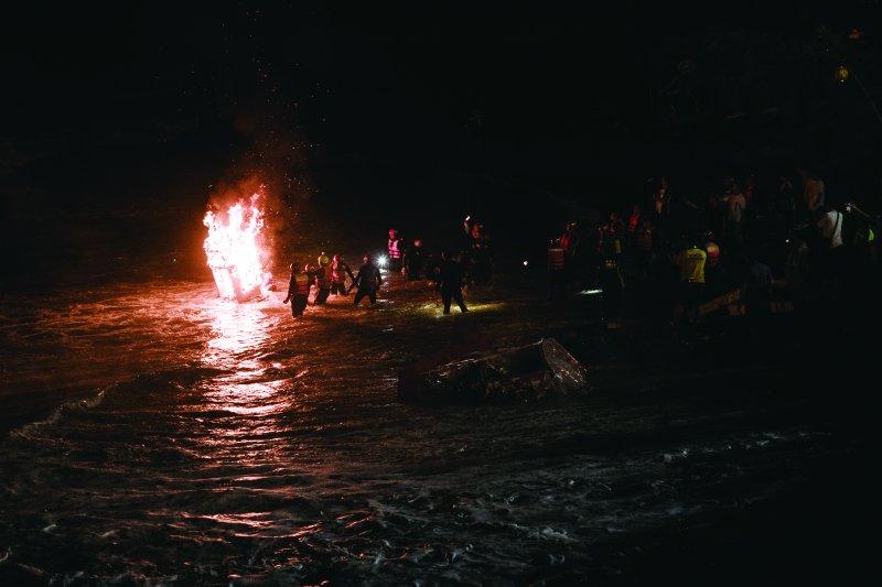 中元祭04_農曆七月十四日夜間的放水燈,為中元祭活動掀起一波高潮(林煜幃攝影)