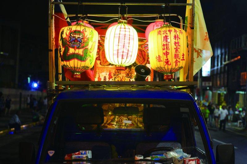 中元祭08_中元祭放水燈遊行中的傳統花燈(林煜幃攝影)