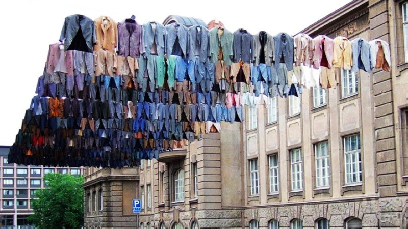 芬蘭藝術家Kaarina Kaikkonen喜以服裝作為藝術創作的主題(圖/Project Laundry List FB)