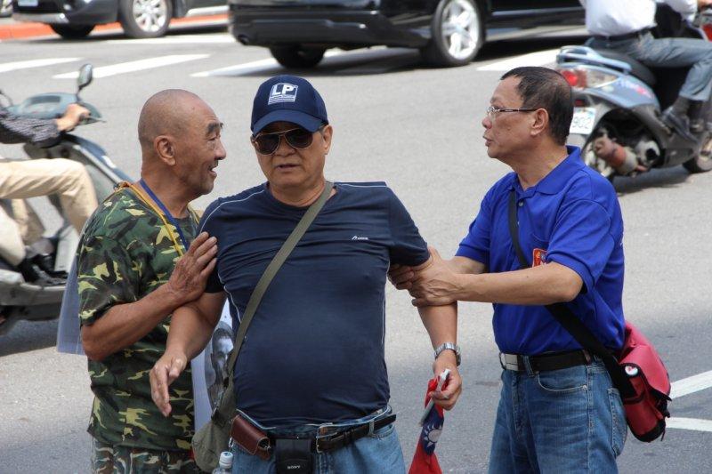 2015年10月7日,愛國同心會在國民黨部前方與警方發生推擠(葉信菉攝)