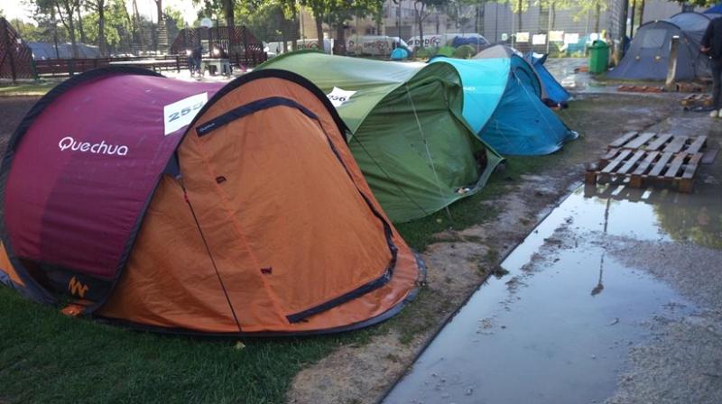 Z在公園難民營的家和鄰居。(作者提供)