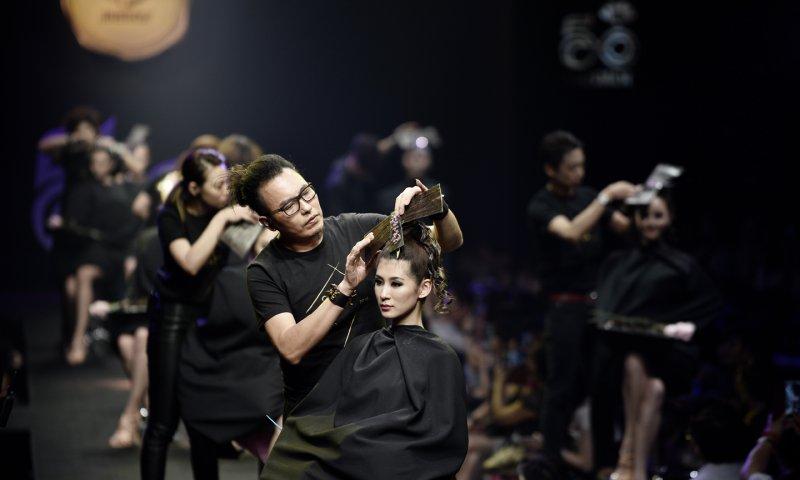 下篇 2 - 卸下黑紗頭巾與外著,髮型在設計師的創意打造下,瞬間變幻為現代優雅的時尚女子.jpg