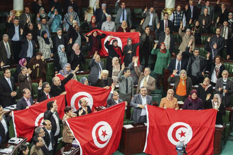 2014年1月26日,突尼西亞制憲大會通過新憲法(美聯社)