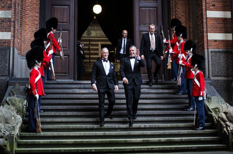 美國駐丹麥大使吉福德(右)選在丹麥和他的同性愛侶戴維森(左)一起步入婚姻。(美聯社)