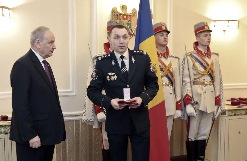 摩爾多瓦警察馬利克(左二)。(美聯社)