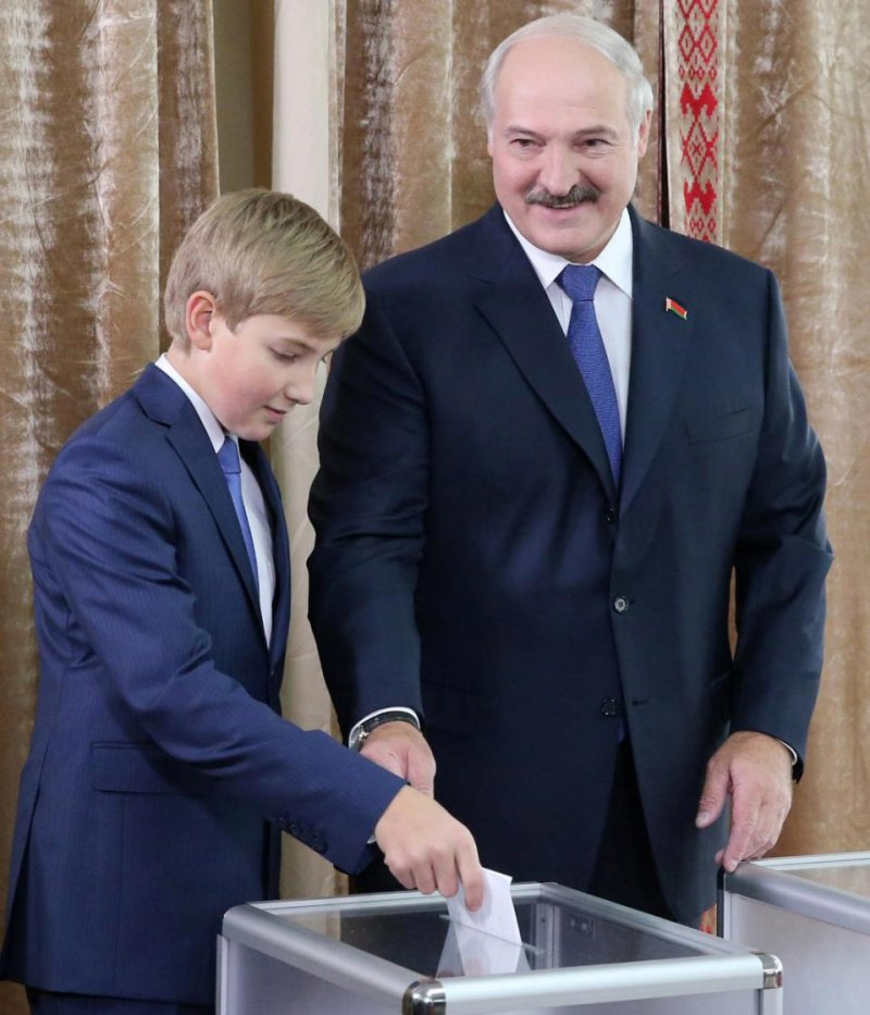 11日投票日當天盧卡申科帶著最小的兒子一同出現在投票所(取自美聯社)