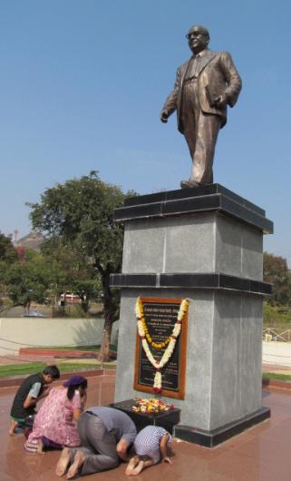 印度奇景!鐵籠關銅像 「憲法之父」難敵種姓制度。(取自網路)