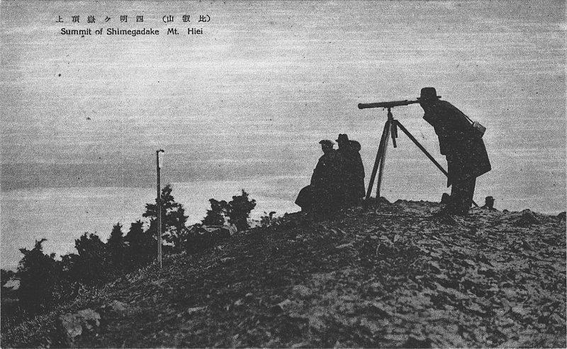 11-1在比叡山山頂以望遠鏡眺望遠景的人們。.jpg