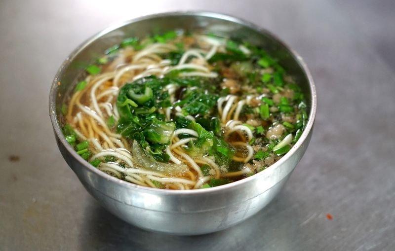 鴨母寮菜市場的炭燒陽春麵 。(王浩一/有鹿文化提供)