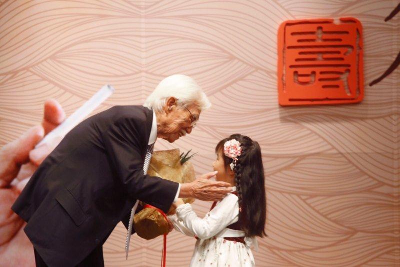 前總統府資政、獨派大老辜寬敏(左)今(15)日歡度90歲生日,辜寬敏孫女獻花祝福。(蔡耀徵攝)