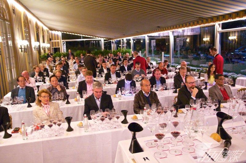 其中不乏知名的酒莊莊主,和來自世界各地的葡萄酒收藏家,大家都很專注地品嚐Domaine de la Romanée-Conti葡萄酒