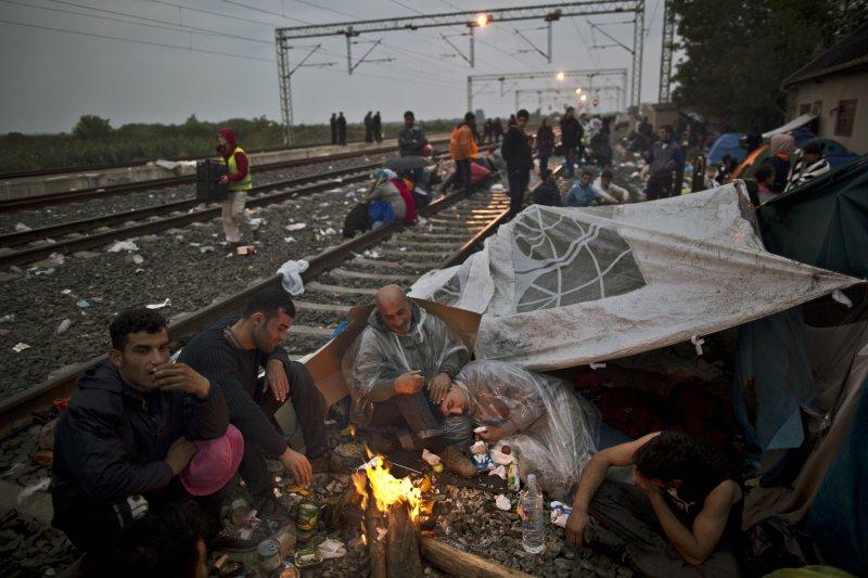 在克羅埃西亞鐵道上的難民(美聯社)