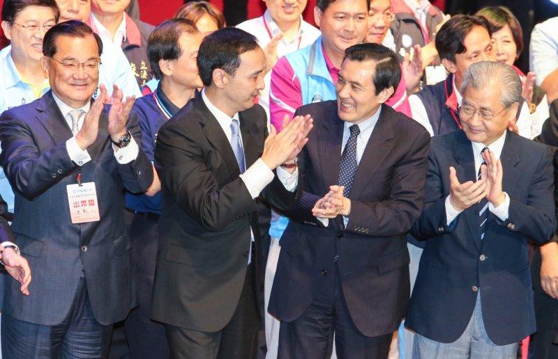 國民黨17日舉辦臨時全代會,通過換柱案後,黨政大老都上台與朱立倫拉手喊口號。(陳明仁攝)