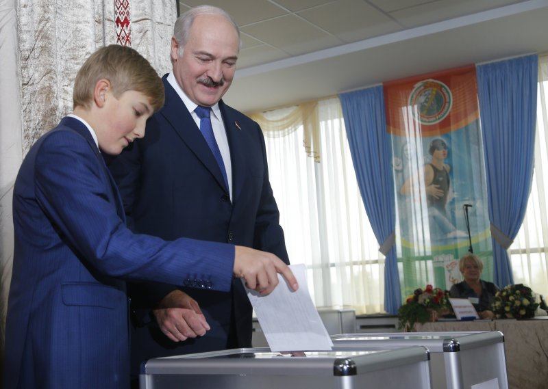 白俄羅斯總統盧卡申科帶著小兒子尼可萊投票(美聯社)