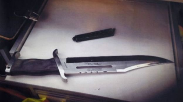 德國警方出示了攻擊者所使用的兇器。(BBC中文網)