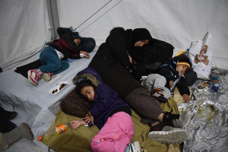 一名母親和孩子們暫時睡在帳篷裡(美聯社)