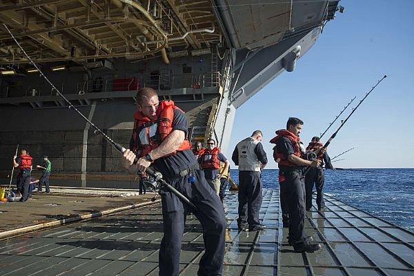 美國海軍在船艦上釣魚時有所聞,海軍官網也會放置士兵釣魚照片。(取自:U.S. Navy photo)