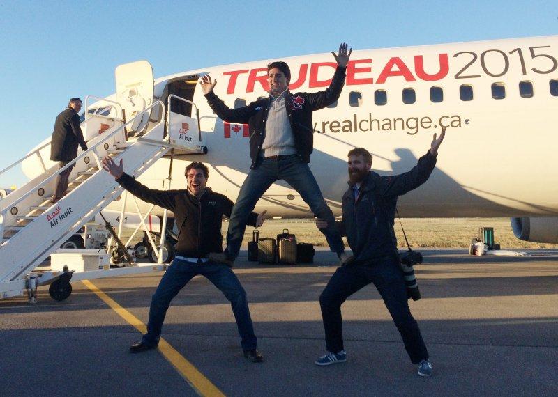 加拿大自由黨領導人杜魯道(中)和支持者玩疊羅漢(美聯社)