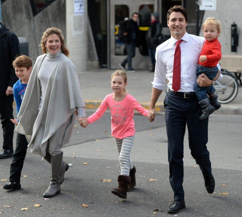 加拿大自由黨領導人杜魯道一家人投票去(美聯社)