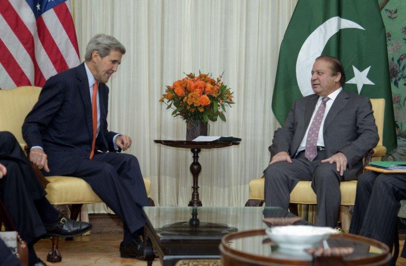 美國國務卿凱瑞(左)21日與巴基斯坦總理夏立夫(右)會晤。(美聯社)