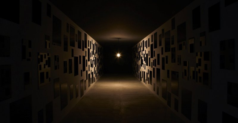 展覽室是一個大約長20公尺,寬約5公尺的全黑長廊型的空間 圖/ http://setouchi-artfest.jp/artwork/a027