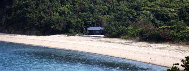 心臟音檔案室是一棟獨自矗立在海岸防風林裡的黑色木屋 圖/ http://www.benesse-artsite.jp/boltanski/store.html