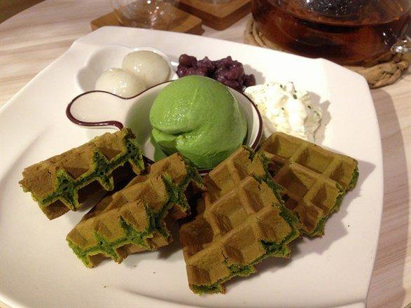 熱門的宇治金時鬆餅多了鮮奶油跟抹茶冰淇淋的相伴。(flickr cc授權作者bryansjs)