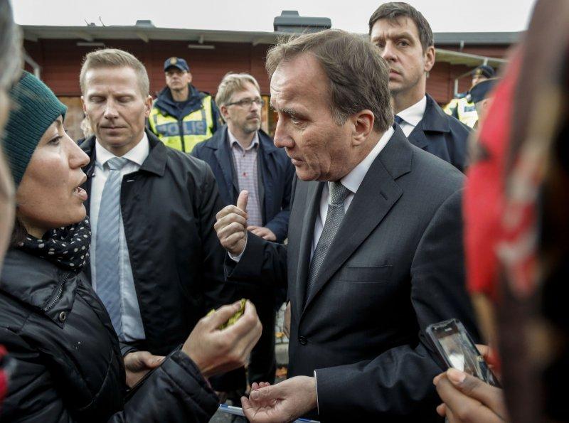 瑞典首相洛夫文(右)前往校園了解情況。(美聯社)