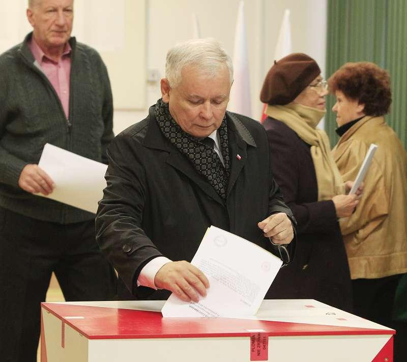 波蘭法律與公正黨主席卡欽斯基(Jarosław Kaczyński)投下神聖一票(美聯社)
