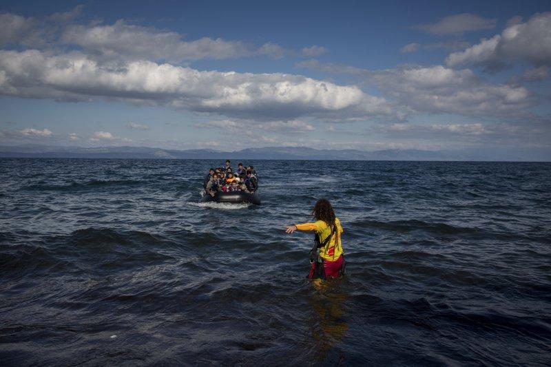 正要抵達希臘莱斯沃斯島(Lesbos)的難民(美聯社)