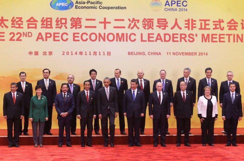 去年在北京舉辦的APEC 2014年會,總統馬英九就是敦請蕭萬長(後排左一)為領袖代表出席。(資料照,林韶安攝)