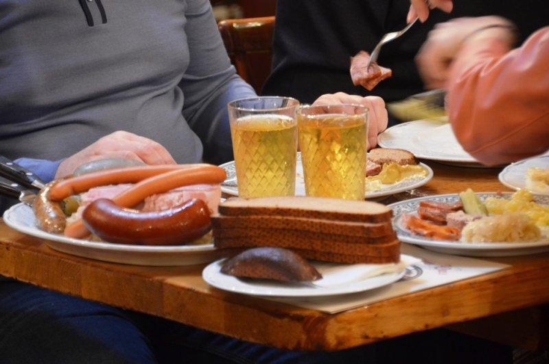 德國豬腳和香腸。