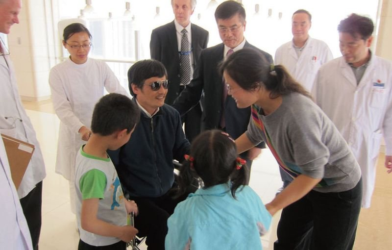 陳光誠成功逃出後,美駐北京大使館安排他在朝陽醫院身體檢查,妻小也前去探望。(美聯社/八旗提供)