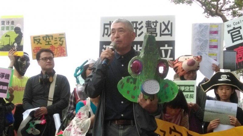 「不給好空氣就搗蛋」抗議活動,導演柯一正帶著自製面具上台(郭佩凌攝)