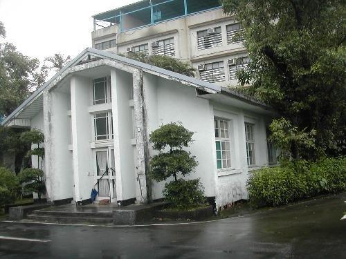 革命實踐研究院為中國國民黨研究及教育訓練場,於民國38年10月16日創辦於陽明山,建築約建於民國42年。(取自文化部文化資產局網站)