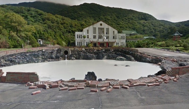 佔地2萬5千坪的青邨園區的介壽堂前的「日月池」,乳白色原汁原湯的酸性硫酸鹽溫泉泉水不斷湧出,被公認是陽明山前山公園附近溫泉的源頭之一。(取自Google Map)