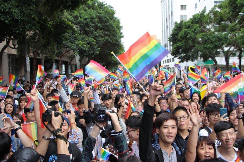 台灣同志大遊行31日在凱道登場,今年遊行以「年齡不設限─解放暗櫃.青春自主」為主題,也是全亞洲最大型的同志活動。(葉信菉攝)