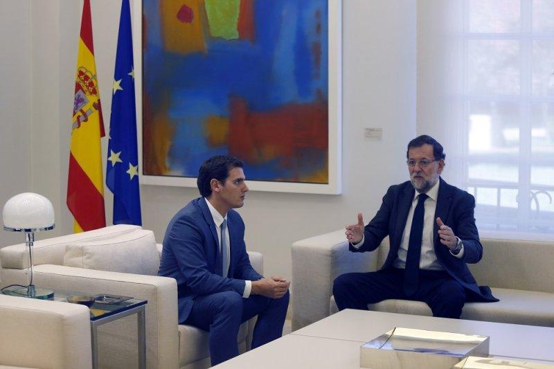 西班牙總理拉霍伊(右)及公民黨領袖里維拉(左)(美聯社)