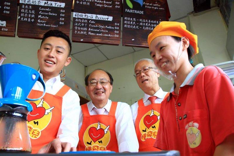 新竹市長林智堅(左1)手作咖啡,支持身障者就業。(取自慢飛兒庇護工場臉書)
