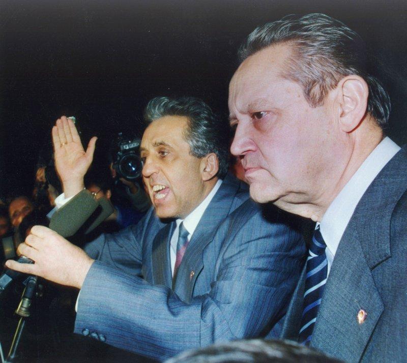 1989年11月8日,沙博夫斯基(持麥克風者)前往柏林圍牆向現場民眾解釋。(美聯社)