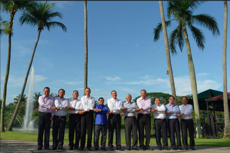 東協國防部長擴大會議,各國防長於吉隆坡合照。(取自Twitter)