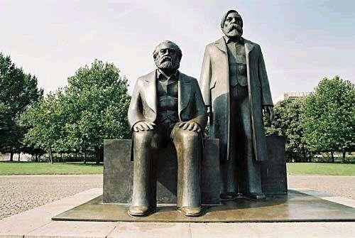 馬克思與恩格恩位於倫敦的銅像。(取自網路)