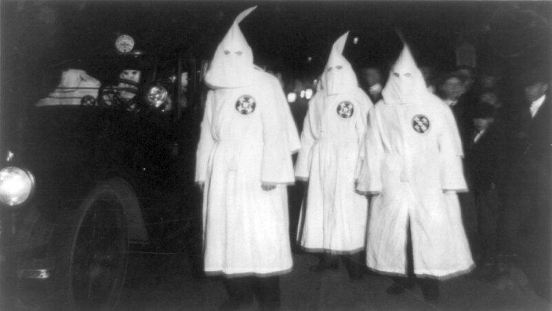 3名於1922年參加遊行的「3K黨」成員(維基百科)