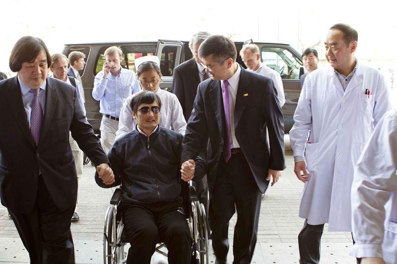 逃出後,陳光誠在美國駐中國大使館人員陪同下到北京朝陽醫院就診。(維基百科)
