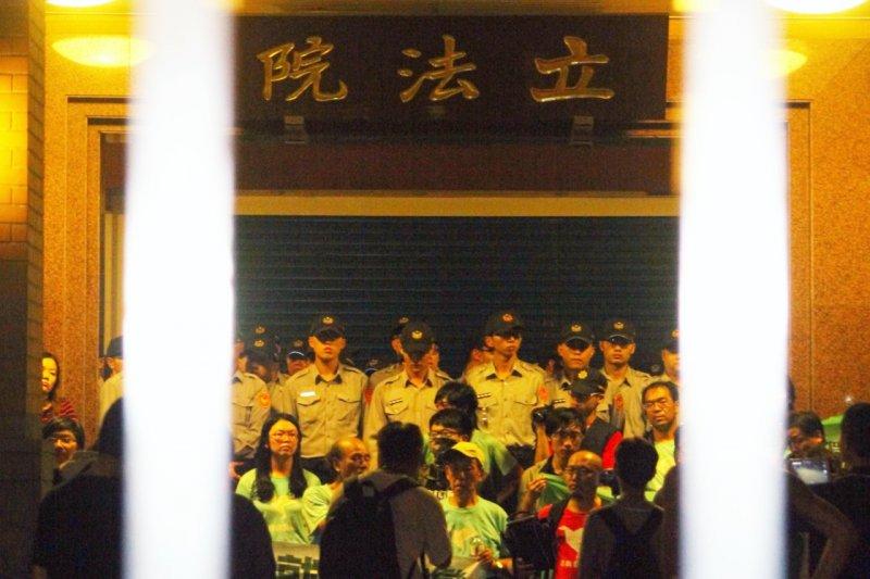 「反馬習陣線」抗議民眾之後轉往立法院,數度與警方拉扯衝突,民眾、警員都被推擠跌至地上,但未能衝進立法院。(曾原信攝)