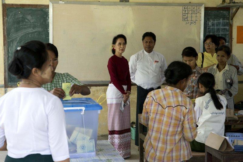 翁山蘇姬在投票所觀看民眾投票(美聯社)