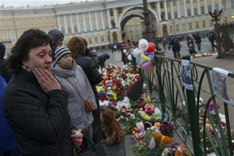 聖彼得堡機場外多數罹難者親友為罹難者送上一束鮮花以示悼念(取自美聯社)